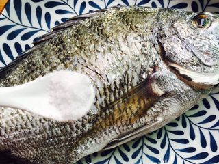 美味家烧+红烧鱼,鱼背上划三刀,1小茶匙盐涂抹均匀
