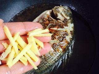美味家烧+红烧鱼,放入剩余的姜丝