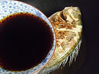 美味家烧+红烧鱼,淋入调料汁