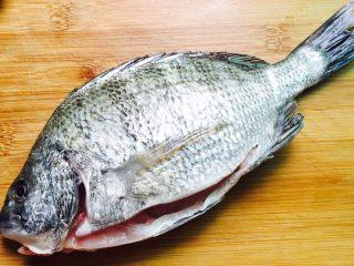 美味家烧+红烧鱼,黑雕鱼,刮净鱼鳞掏清内脏清洗干净