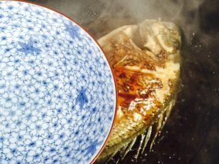 美味家烧+红烧鱼,倒入一碗热水