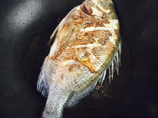 美味家烧+红烧鱼,再翻面煎二至三分钟