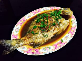 美味家烧+红烧鱼,装盘放上葱丝