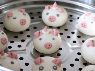 呆萌小猪豆沙包,所有的都做好,放到刷了一层油的蒸笼上。