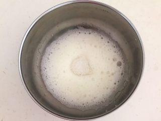 宝宝健康食谱  原味蛋白糖,用中速打发蛋白,打发出小泡,加入1/2白砂糖