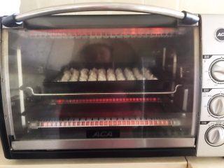 宝宝健康食谱  原味蛋白糖,把烤盘放入提前预热好的烤箱里,上下火110W,烤70分钟,关火后焖10分钟