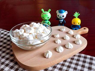 宝宝健康食谱  原味蛋白糖,我的烤箱有点小,一烤盘就能烤这么一小碗,忙了2个小时,不到5分钟就功夫就吃光光了~