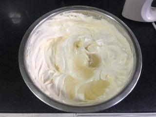百香果慕斯,加入融化的吉利丁液,搅拌均匀,如果凝固,就隔一下温水,直到搅拌均匀。