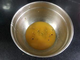 百香果慕斯,准备做镜面果汁,取橙汁和带籽的百香果汁,合计120克就行,百香果汁就用一勺就够了,加入吉利丁粉,隔热水加热使吉利丁粉融化就行。
