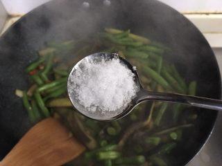 茄子炒豆角,加入盐翻炒均匀