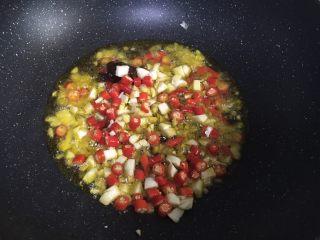 茄子炒豆角,锅内倒油加热,油热后加入姜末、蒜蓉、小米椒末和豆瓣酱