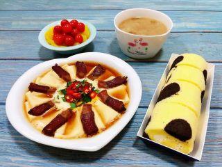 腊肉蒸豆腐卧蛋,搭配一碗大米绿豆粥、果盘和奶油蛋糕卷就是完美的搭配
