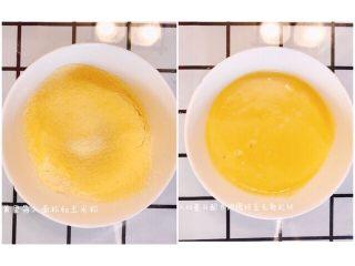 红豆铜锣烧,打发好的蛋黄中筛入面粉,玉米粉,加60毫升的配方奶调成无颗粒面糊