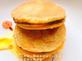 红豆铜锣烧,两个小圆饼中间抹上红豆泥压实做成铜锣烧