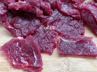 烤牛肉串,首先把牛肉切成薄片。