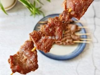 烤牛肉串,半斤牛肉串没几下就秒光了。