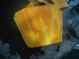 南瓜蒸排骨,南瓜去皮洗干净切成厚块。