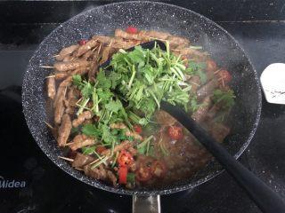 孜然牙签牛肉,加入一半香菜翻炒均匀。