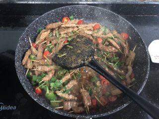 孜然牙签牛肉,最后加入孜然粉翻炒均匀就可以出锅了!