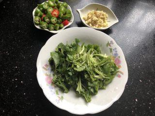 孜然牙签牛肉,期间把香菜切段,姜切碎,辣椒️切圈备用!