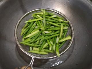蒜苔炒腊肉,过好后把蒜苔过一下凉水,这样会保持蒜苔颜色碧绿。