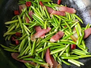 蒜苔炒腊肉,翻炒均匀。待腊肉与蒜苔香味结合就可以出锅了。