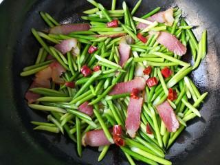 蒜苔炒腊肉,加入干辣椒。