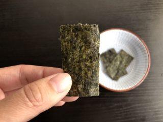 三角饭团,海苔剪成长方形备用