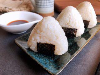 三角饭团,配合寿司酱油等蘸料非常好吃