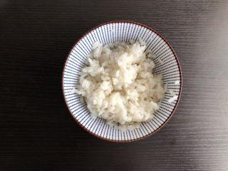 三角饭团,米饭中加入寿司醋拌匀备用