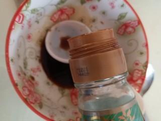 腐皮金针菇卷,碗里放生抽