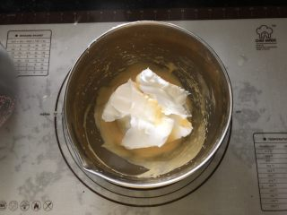 浓情蜜意-巧克力奶油蛋糕,取一半蛋白霜加入蛋黄糊中。