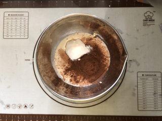 浓情蜜意-巧克力奶油蛋糕,淡奶油中加入可可粉、白糖。