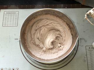 浓情蜜意-巧克力奶油蛋糕,打至有清晰的纹路。