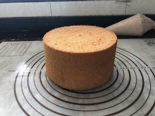 浓情蜜意-巧克力奶油蛋糕,倒扣放凉后脱模。