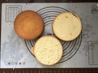 浓情蜜意-巧克力奶油蛋糕,分成三片