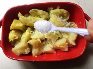 芝士焗土豆泥时蔬,煮熟的土豆去皮,加入约1克的盐
