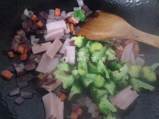 芝士焗土豆泥时蔬,最后放入火腿片和西兰花