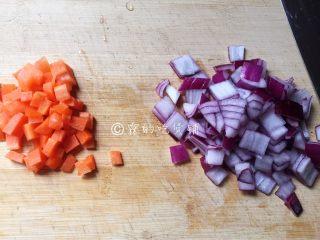 芝士焗土豆泥时蔬,洋葱、胡萝卜分别切成小块和小丁