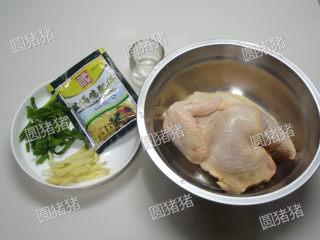 皮香肉嫩——简易版盐锔鸡,将生姜切成丝,香葱切成段,将鸡放入一只大盆内。