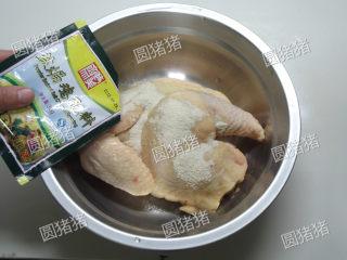 皮香肉嫩——简易版盐锔鸡,倒入2/3包的盐锔鸡粉。