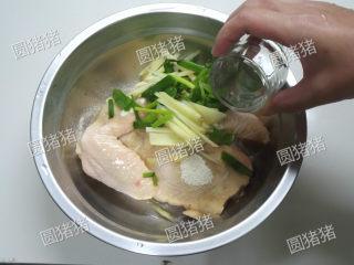 皮香肉嫩——简易版盐锔鸡,加入生姜,香葱段,白酒。