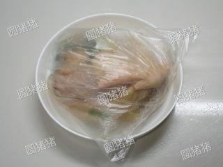 皮香肉嫩——简易版盐锔鸡,用保鲜袋将鸡密封起来,放入冰箱冷藏2天(夏天要放O度层)让其入味。