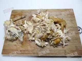 皮香肉嫩——简易版盐锔鸡,烤好的鸡肉,用手撕成条状,分离出鸡骨。
