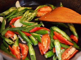 辣椒炒荷包蛋,放入辣椒翻炒片刻。