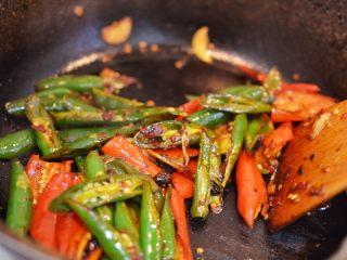 辣椒炒荷包蛋,翻炒均匀。