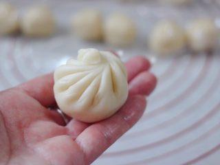清新脱俗的紫薯菊花酥,就和我们平常做包子一样的手法,收口捏紧。