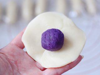 清新脱俗的紫薯菊花酥,然后用擀面杖擀成圆形,包入紫薯馅。