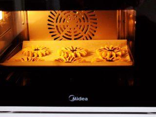 清新脱俗的紫薯菊花酥,烤箱170度,中层上下火,烤制20分钟左右即可。