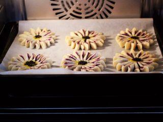 清新脱俗的紫薯菊花酥,美的S4-281E蒸烤箱提前预热后,把做好的紫薯酥放到烤箱中层。